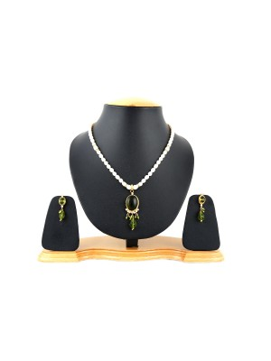 Trendmagnet Natural Pearl & Hena Gem Pendant Design Necklace Set